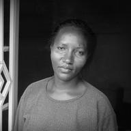 Kigali, le 14 avril 2004.  Espérance, réfugiée au Burundi, est revenue au Rwanda en 1994. Elle a acheté une parcelle de terrain et construit seule sa maison. Elle vit avec ses parents, sa sœur, sa nièce, deux cousines et son fils, Isaac. Elle est la seule à travailler. Parfois, sa sœur l'accompagne pour vendre des vêtements de seconde main sur le marché.