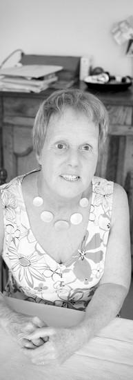Christine de Marneffe, 62 ans.  A 31 ans, enceinte de son troisième enfant, Christine perd la vue lors d'un accident de voiture.   - Craignant pour ma grossesse, on m'a laissé espérer que je reverrais. Je vivais un cauchemar.   Elle était infirmière. Elle doit réapprendre tous les gestes du quotidien. Elle élève ses enfants.  Quand elle commence à faire du tandem, elle fait la connaissance de gens investis dans l'humanitaire. Elle rencontre l'Association Burkinabé pour les Aveugles et Malvoyants.  - Là-bas, ils sont environ 300.000 déficients visuels. Ils se débrouillent avec rien. Ils se regroupent pour cultiver. Leur force est impressionnante.  Elle est séduite. Elle crée, avec Nicole Herlin, une association qui soutient entre autres une école à Ouagadougou. En 1994, on y apprenait le Braille à 5 enfants. En 2010, les classes en accueillent plus de 200. Christine emmène chaque année un groupe au Burkina Faso. Ils apportent de l'aide matérielle, de la solidarité... et des tandems.  - Il y a 6 ans, un ami a insisté pour que je me mette à l'informatique. Le monde s'est encore plus ouvert. Je ne le remercierai jamais assez.