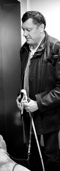 Gérard Silvestre, 51 ans.  - Je suis né pratiquement non-voyant. Enfant, mes parents m'ont laissé prendre des risques. Ils ont eu le cran de me laisser sortir, de m'envoyer faire des stages, etc. Ça m'a permis de prendre confiance en moi et de faire confiance aux autres.  Il fait ses études primaires dans l'enseignement spécial et termine ses études secondaires dans l'enseignement ordinaire.  - On devait traduire tous les bouquins en Braille. Le soir, je retranscrivais mes cours. Il fallait toujours faire attention à ne pas se laisser dépasser par la matière.  Gérard termine ses études avec une formation d'assistant social.   Depuis 1985, il travaille pour la mutuelle Alteo et anime des groupes qui travaillent autour de la mobilité des personnes handicapées, tous handicaps confondus.  Il fait beaucoup de sport aussi : torball, course à pied, ski… Et puis, il bricole et a créé une maquette incroyable d'un village plus vrai que nature, se basant sur ce qu'on lui a dit, décrit, raconté…