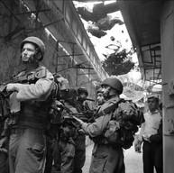 Hébron, 2007  Dans la vieille ville, des filets protègent les passants des ordures lancées par les colons. Les militaires israéliens y patrouillent plusieurs fois par jour.
