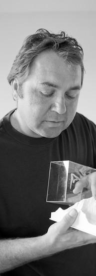 Philippe Dumonceau, 43 ans.  A 20 ans, victime de la maladie de Leber, Philippe perd complètement la vue. Suivent quelques années de galère. A l'asbl La Lumière, où il apprend le Braille, son ergothérapeute l'encourage à faire du sport.  - En 1993, j'ai découvert les plaisirs de la montagne et de la glisse. En 1994, je gravissais le Mont-Blanc du Tacul. Depuis, je n'ai plus arrêté de me lancer des défis. Saut à l'élastique, parachutisme, voile…  En 2000, je partais pour l'Everest avec André Chenu qui avait 67 ans et Kristien Smet qui était unijambiste. On a filmé cette expédition !  En 2005, il fonde l'association Blind Challenge.  L'asbl organise des activités accessibles conjointement par les déficients visuels et les voyants : vélo, ski, randonnée, montagne, Il met aussi en place des activités culturelles et d'information ; autant de manières de partager ses plus grands plaisirs : la fête, les rencontres, le sport et les voyages.  - Si je n'avais pas été aveugle, je n'aurais pas fait tout ça. Je travaillerais probablement en usine…