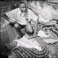Depuis près de 20 ans, Ambroise aide des milliers d'enfants dans les rues de Kinshasa. Il a d'abord été journaliste mais, intéressé depuis toujours au sort des enfants des rues, il s'est reconverti. Sans moyen, il doit faire preuve de créativité pour trouver des solutions aux difficultés vécues par ces populations de rue. (République Démocratique du Congo, Kinshasa, 2016)