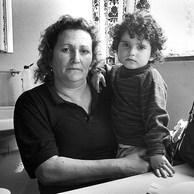 Agaïan vient de Grozny avec sa nièce Helena, 2 ans et 4 mois. -« Où sont ses parents? »  -« Kaputt! » Elles partent dans 5 jours. Elles ont trouvé un appartement à E.   Centre de la Croix-Rouge, Yvoir, 1995