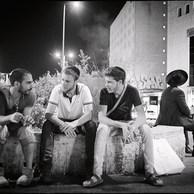 Sur le square près de la gare de Jérusalem-Ouest il y a un lieu de rendez-vous bien connu des jeunes dont s'occupent les travailleurs de rue d'Elem. Le regard, cette faculté qui permet de créer un contact avec l'autre. Ensuite, un sourire, un bonjour sont souvent les portes d'entrée vers une nouvelle relation et de nouvelles discussions. (Israël, 2016)