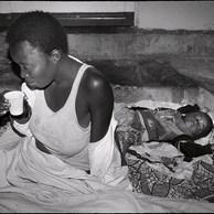 Les personnes les plus vulnérables sont les jeunes mères qui, avec leurs bébés, n'ont que la rue comme habitat. Elles se regroupent le long des avenues pour se protéger. Des générations entières sont ainsi condamnées à cette précarité. (République Démocratique du Congo, Kinshasa, 2016)