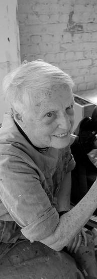 Hedwige Goethaels, 79 ans.  Hedwige a fait des études d'infirmière et a travaillé en psychiatrie. Vers 27 ans, atteinte par la maladie de Stargardt, sa vue a commencé à baisser. Elle a continué à travailler le plus longtemps possible mais, ne sachant plus lire, ni écrire, elle a dû arrêter 4 ans avant la pension.  - Je me suis dis : Tu sais que tu ne vois pas, alors, regarde ! A 58 ans, j'ai fait ce dont j'avais toujours rêvé : de la peinture. Je ne reproduis pas ce que j'ai vu, je reproduis des souvenirs d'ambiance, des mouvements, des couleurs. Je sens mon geste. Depuis 5 ans, je suis les cours à l'Académie de Saint-Josse. Je serai diplômée pour mes 82 ans.  Et Hedwige, qui continue à s'investir dans la vie active et citoyenne, rit beaucoup. Elle a rempli sa vie de couleurs.