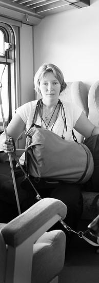 Virginie Collard a 28 ans.  Virginie vit à Louvain-la-Neuve. Atteinte de la maladie d'Alström, elle est aveugle et malentendante. Très mal voyante dès la petite enfance, elle a néanmoins pu faire ses études dans l'enseignement ordinaire.  - J'ai perdu mon résidu visuel à 16 ans et mon ouïe a commencé à chuter à 17 ans. Après mes humanités, une année sabbatique m'était nécessaire. Je suis partie 3 mois en Hollande et 6 mois en Angleterre.   A l'université, la transcription des syllabus prend beaucoup de temps. Elle doit gérer psychologiquement l'aggravation de ses problèmes auditifs. Comme elle désire mener une vie sociale, elle étale deux années de candidature en sciences politiques sur quatre ans. Sa licence en sciences du travail se fait en horaire décalé. Dès l'obtention de son diplôme, elle s'inscrit au chômage et se présente dans une agence d'intérim.   - Vu la crise économique et la gravité de mon handicap, je suis toujours à la recherche d'un premier emploi. Mais je ne me décourage pas. Je trouve un certain épanouissement dans le bénévolat. Je donne des cours de massage shiatsu. J'ai été guide pour le Musée de l'Art Wallon. Je fais de la sensibilisation. Je scanne des livres pour une bibliothèque Braille. Je fais du sport, des voyages. J'aime sortir, faire la fête, danser. Je ne reste pas inactive ! Quoi de pire que l'ennui ?