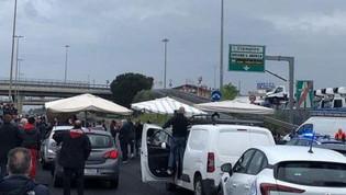 Roma, raccordo bloccato: ambulanti montano gazebo in strada. Il GRA bloccato per protesta