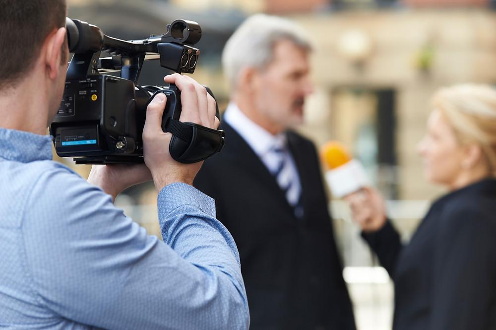 jornalista fazendo entrevista