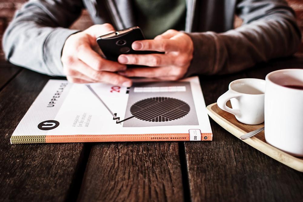 pessoa estudando pelo celular
