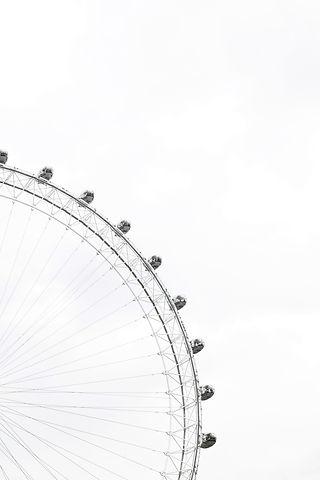 Ferris%20wheel%20%20in%20a%20cloudy%20sk
