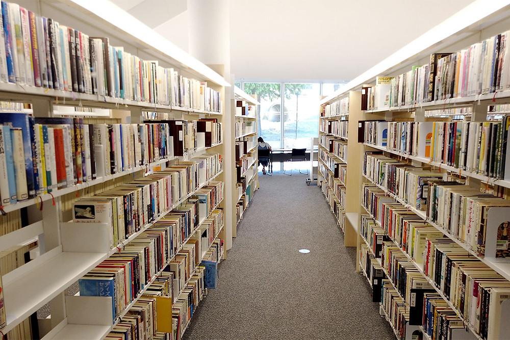 伊予市立図書館(IYO夢みらい館)図書スペース