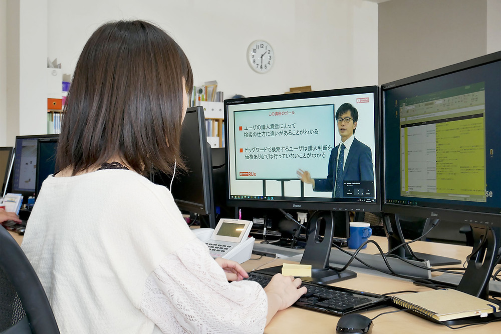 自席でWEB動画を視聴して学習