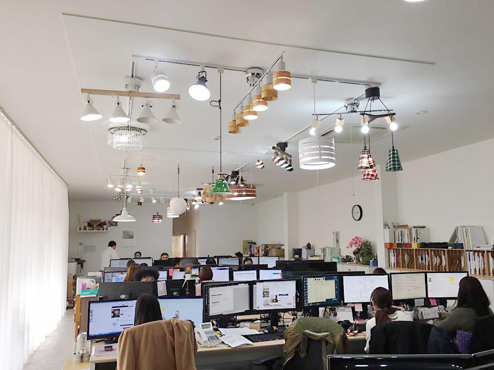 天井照明とワークスペース
