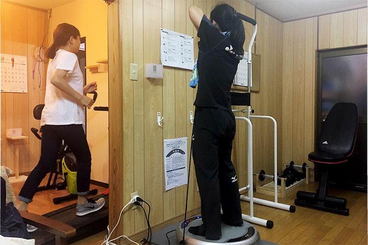 多くの健康器具やトレーニングマシーンが設置されています
