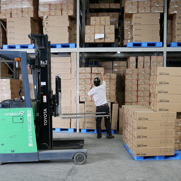 全国にインテリア商材を出荷している、当社物流倉庫に密着しました