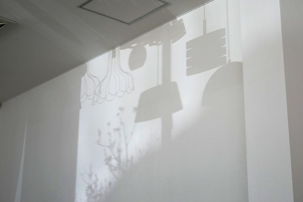 壁に映る照明の影
