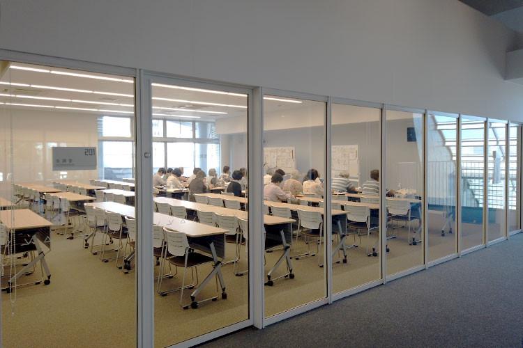 会議室で開催中の古典文学講座