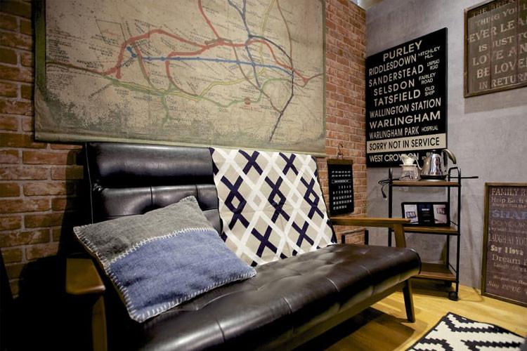 レザーのソファがレンガ壁とマッチ