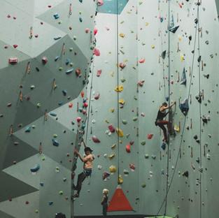 Utfordringer i klatreveggen på Oslo Klatresenter