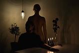 en mand, der sidder navnløs, en kvinde med en lanterne