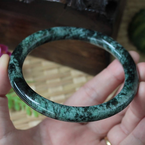 The Unique Look, Gorgeous 63.5 mm. Jadeite Jade Bangle (Grade A)