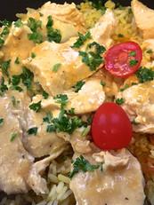 Emincé de filet de poulet sauce à la crème aux épices paella avec son riz