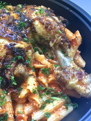 Cuisse de poulet rôti aux pasta fraîches sauce napolitaine et parmesan