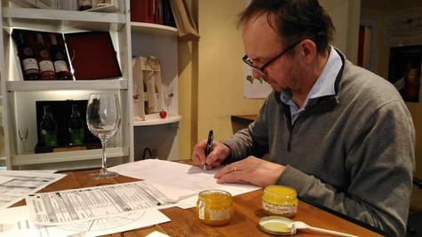 """Olivier Duffour, dégustateur professionnel du milieu de vin, a beaucoup apprécié les saveurs de nos miels. Voir """"Nos miels""""."""