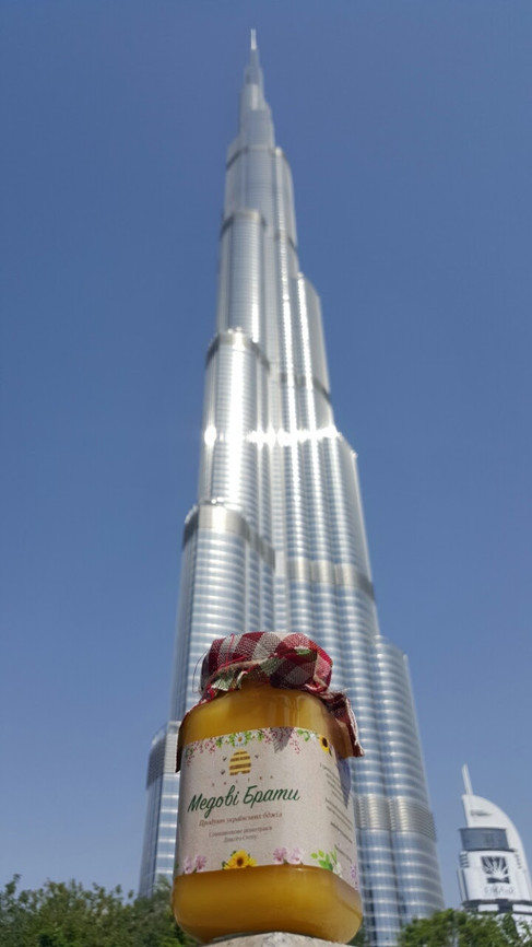 Sur fonds du plus haut immeuble du monde - Burj Khalifa.