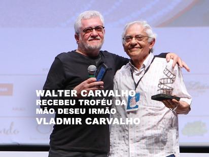 Walter Carvalho recebeu troféu da mão de seu irmão Vladmir Carvalho