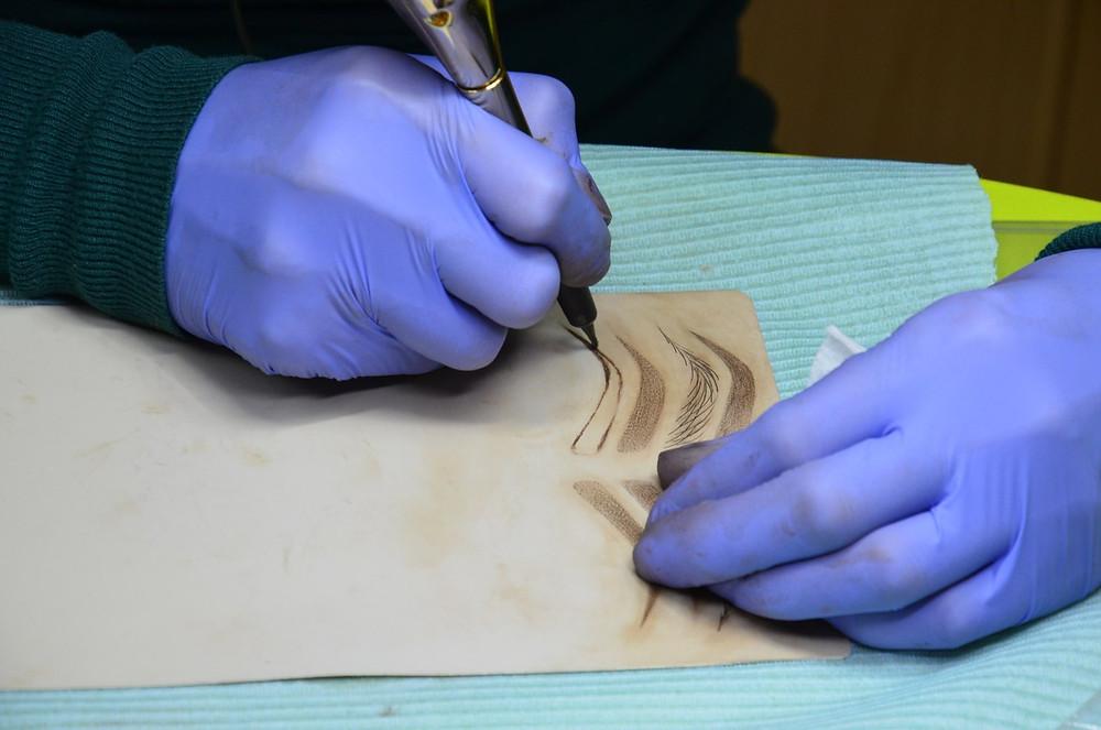 После объемного теоретического блога и постановки руки на бумаге, наши студенты переходят к долгожданной практике на латексном муляже, где осваиваем различные методы выполнения классического перманентного макияжа бровей, век, губ.