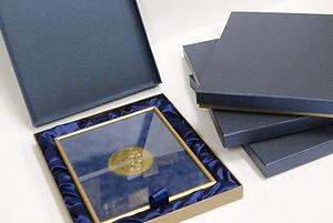 коробка шкатулка для делового подарка Коробка шкатулка с фиксацией магнитами. Тонированная в массе дизайнерская бумага синего цвета идеально подходит для официальных мероприятий. Брендирование - горячее тиснение фольгой.
