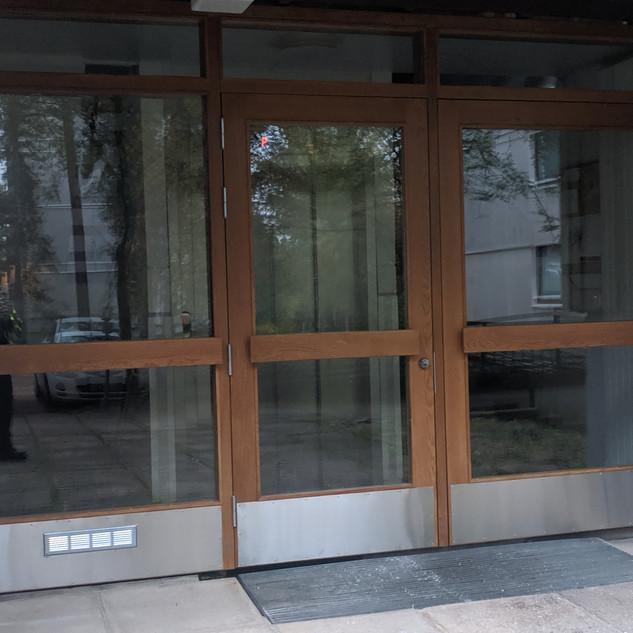 sisäänkäynnin ulko-ovet.jpg