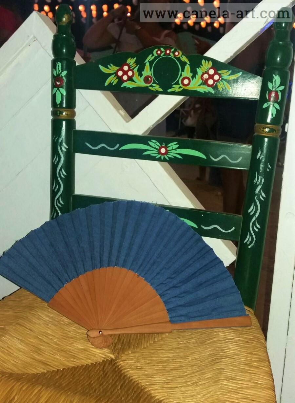 Handfächer aus Jeans Stoff sitzt in Ansalusien Stuhl