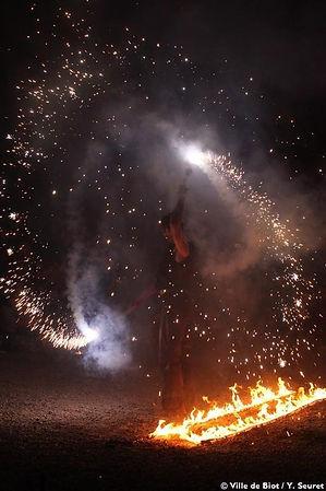 Spectacle de feu, manipulation artifice, cracheur de feu