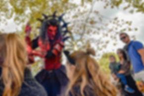 Diable, masque, échasses, Soukha