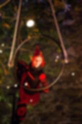 acrobate aérien, animation de Noël, spectacle de rue, lutins noël