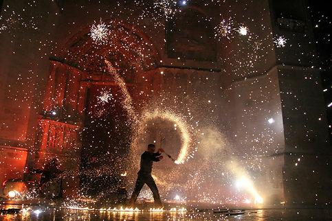 Spectacle de feu, spectacle pyrotechnique, artifices, cracheur de feu