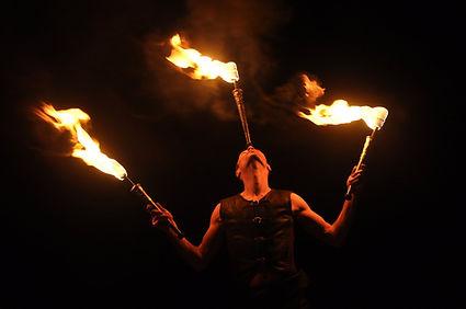 Spectacle de feu, jonglerie de feu, torches de feu