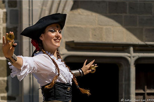 spectacle pirate, animation pirate, danseuse pirate