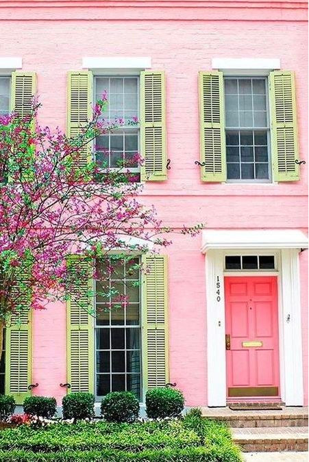 HOT FOR HUE: PINK DECOR ON THE EXTERIOR AND IN THE ENTRYWAY