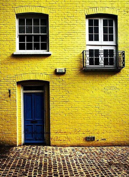 HOT FOR HUE: YELLOW DECOR ON THE EXTERIOR AND IN THE ENTRYWAY