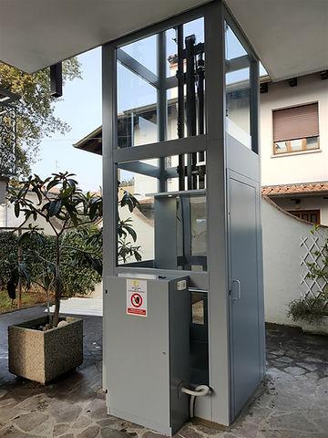 Elevatore esterno vetrato a Gorizia.jpg