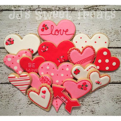 Happy Valentine's Day! ❤️💘💝 Love that arrow cutter from _wiltoncakes! #customcookies #decoratedcoo