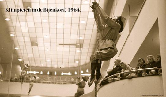 Klimpiet in de Bijenkorf, 1964.