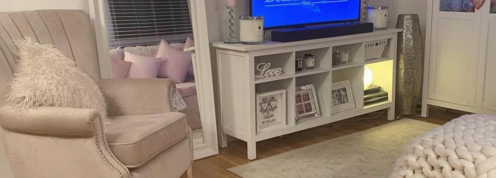 livingroom-fancy-pink-fur-bedding-interi