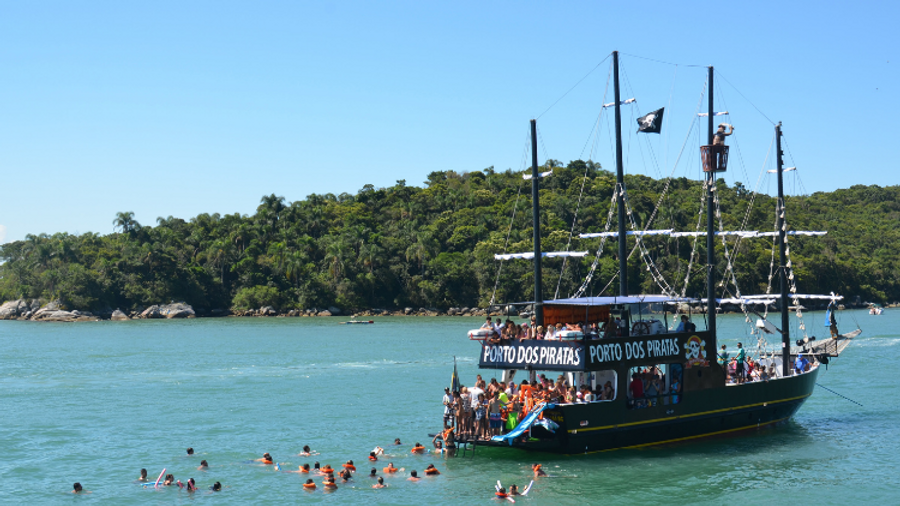 foto barco + pessoas na água.png