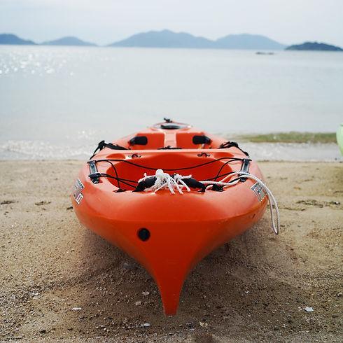 ビーチに置かれた赤いカヤック