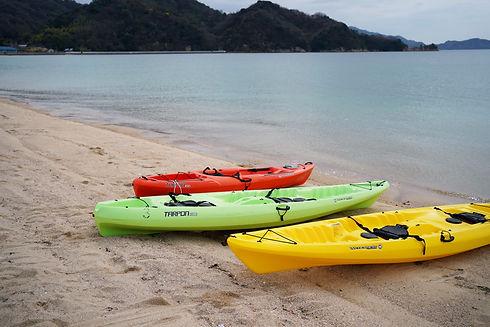 大串のビーチに並べられた3つのカヤック